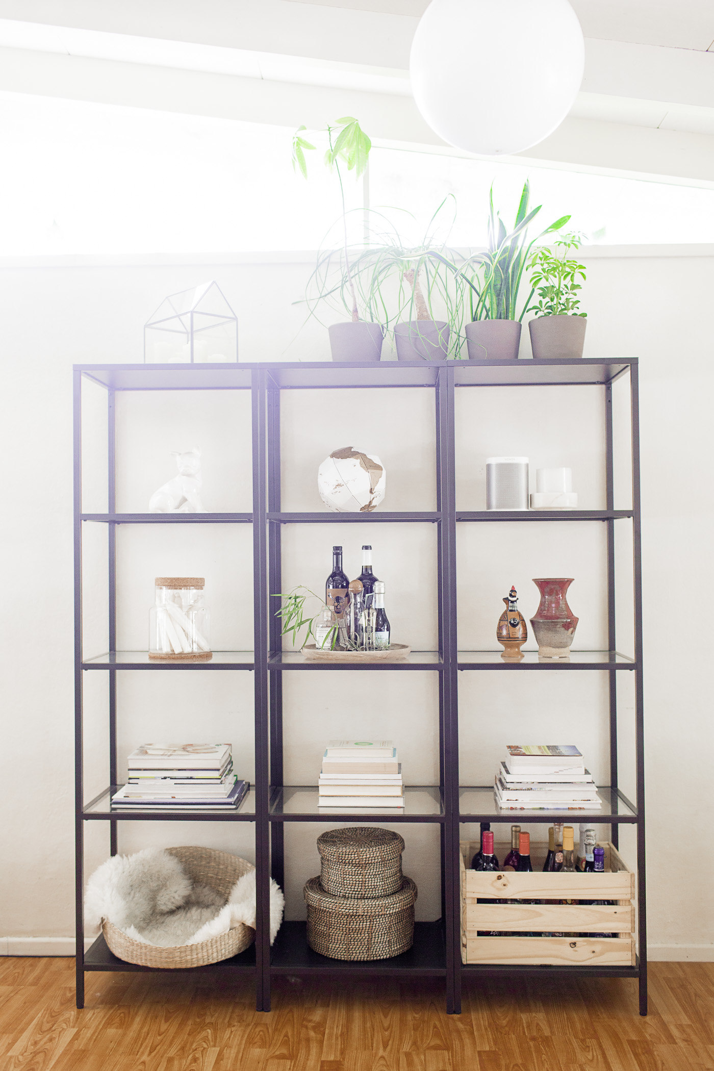 Easy steps to style a shelf, featuring my Ikea Vittsjö shelves.